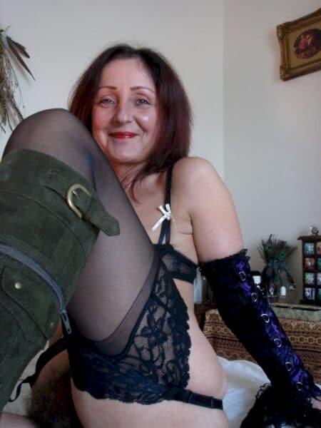 Femme sexy dominante pour amant obéissant